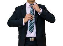 Geschäftsmann setzte an einen schwarzen Anzugskrawatte Weißhintergrund Lizenzfreies Stockfoto