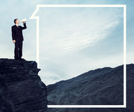 Geschäftsmann-Shouting Mountain Tranquil-Einsamkeits-Konzept stockfotos