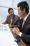 Geschäftsmann Showing Blueprints To sein Teilhaber stockbild