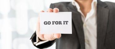Geschäftsmann Showing Go For es Mitteilung auf einer Karte Lizenzfreies Stockfoto