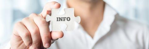 Geschäftsmann Showing Puzzle Piece mit Informations-Text Lizenzfreies Stockbild