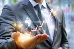 Geschäftsmann-Shows-Gewinn-Wachstum auf dem Diagramm stockbilder