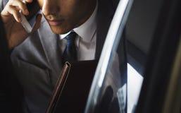 Geschäftsmann Sit Inside Car Use Mobile lizenzfreies stockbild