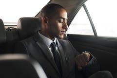 Geschäftsmann Sit Inside Car Waiting stockbilder