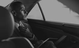 Geschäftsmann Sit Inside Car Worried über etwas stockfoto