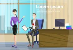 Geschäftsmann-Sitting Office Desk-Geschäftsfrau Give Paper Secretary wenden Job Interview Candidate an Lizenzfreie Stockfotografie