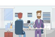 Geschäftsmann-Sitting Office Desk-Kandidat geben Zusammenfassung Job Interview Business People Lizenzfreie Stockfotografie