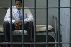 Geschäftsmann-Sitting In Prison-Zelle Lizenzfreies Stockfoto
