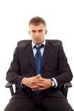 Geschäftsmann sitzt im Bürostuhl stockfotografie