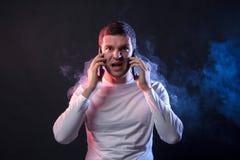 Geschäftsmann spricht auf zwei Telefonen und Schreien von der Überanstrengung und stockfoto