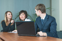 Geschäftsmann spricht mit Kollegen im Büro lizenzfreies stockbild