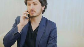 Geschäftsmann spricht am Telefon stock footage
