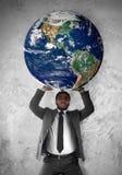Geschäftsmann stützt die Planet Erde stockfotografie