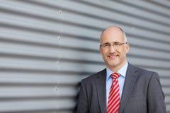 Geschäftsmann Standing Against Building Lizenzfreie Stockfotografie