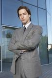 Geschäftsmann Standing Arms Crossed außerhalb des Büros Lizenzfreie Stockfotos