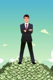 Geschäftsmann Standing auf Stapel des Geldes Lizenzfreie Stockfotografie