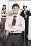 Geschäftsmann Standing In Front Of Team Lizenzfreie Stockfotos