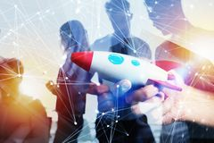 Geschäftsmann startet sein Neuunternehmen Hando, das eine hölzerne Rakete hält Doppelbelichtung mit Netzeffekten lizenzfreies stockbild