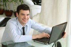 Geschäftsmann. Stattlicher Junge mit Laptop Stockfoto