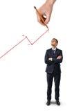 Geschäftsmann steht mit den gefalteten Armen, die aufwärts dem steigenden Diagramm der große Handzeichnung betrachten, das auf we Lizenzfreie Stockfotografie