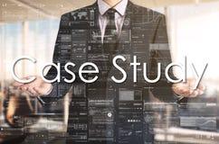 Geschäftsmann stellt Text durch seine eigenen Hände dar: Fallstudie stockbild