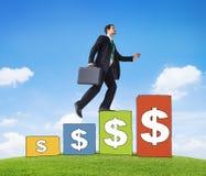 Geschäftsmann Success Concept mit Währungs-Balkendiagramm Lizenzfreies Stockfoto