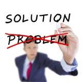 Geschäftsmann suchen oben und Schreibensziel nach Lösungserfolg Lizenzfreie Stockfotos