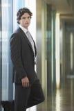Geschäftsmann-In Suit At-Büro-Korridor Lizenzfreies Stockfoto
