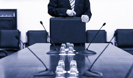 Geschäftsmann In Suit Holding sein Aktenkoffer am Anfang des busine Stockfotografie