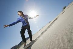 Geschäftsmann-Surfing Downhill On-Aktenkoffer Stockfotos