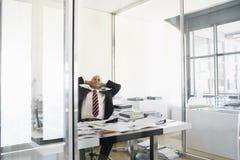 Geschäftsmann-Taking Break From-Arbeit Stockbilder
