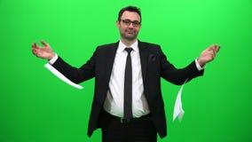 Geschäftsmann Tearing Papers auf grünem Hintergrund stock video