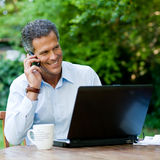 Geschäftsmann am Telefon im Freien Lizenzfreie Stockfotos