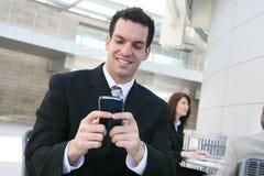 Geschäftsmann Texting im Büro Lizenzfreie Stockfotografie