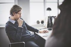 Geschäftsmann-Thinking Ideas Strategy-Arbeitskonzept Lizenzfreie Stockbilder