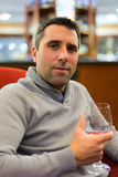 Geschäftsmann-trinkender Wein Stockfotografie