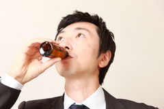 Geschäftsmann trinkt Vitamingetränk Stockfotos