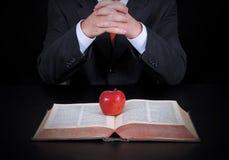 Geschäftsmann und Apfel auf dem Buch Lizenzfreie Stockfotos