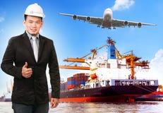 Geschäftsmann und comercial Schiff mit Behälter auf Hafen befördern c Lizenzfreies Stockbild