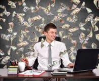 Geschäftsmann und fallende Dollarscheine Stockfotografie