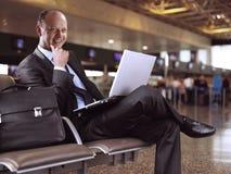 Geschäftsmann und Flughafen Lizenzfreies Stockbild