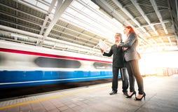Geschäftsmann und Frau in der Bahnstation Lizenzfreies Stockbild