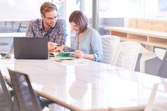 Geschäftsmann und Frau, die im Konferenzsaal zusammenarbeiten Lizenzfreies Stockfoto