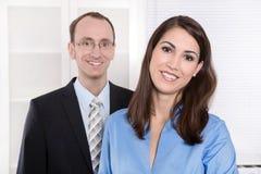 Geschäftsmann und Frau, die - Sitzung im Büro zusammenarbeiten Stockfotos