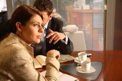 Geschäftsmann und Frau im Büro Stockfotografie