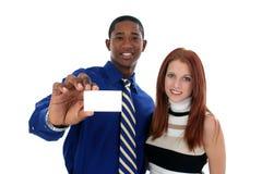 Geschäftsmann und Frau mit Visitenkarte Stockbilder