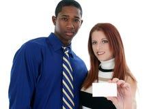 Geschäftsmann und Frau mit Visitenkarte stockbild
