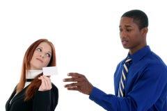 Geschäftsmann und Frau mit Visitenkarte lizenzfreies stockbild