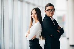Geschäftsmann und Frau stehen mit zurück zu Rückseite stockfotografie