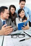 Geschäftsmann und Frau während der Sitzung Lizenzfreies Stockfoto